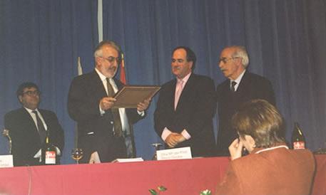 Recibiendo el Premio Nacional de la Asociación de Hemerotecas de España, en presencia del Presidente de la Federación de Asociaciones de la Prensa de España, Alejandro Fernández Pombo y del vicedecano de Periodismo, doctor José López Yepes.